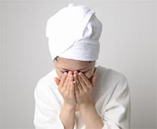 ぬるま湯を使用し、クリームを洗い流します